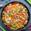 Stir fry z kurczakiem, warzywami i makaronem ryżowym