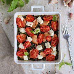 Szpinak zapiekany z łososiem i serem sałatkowym