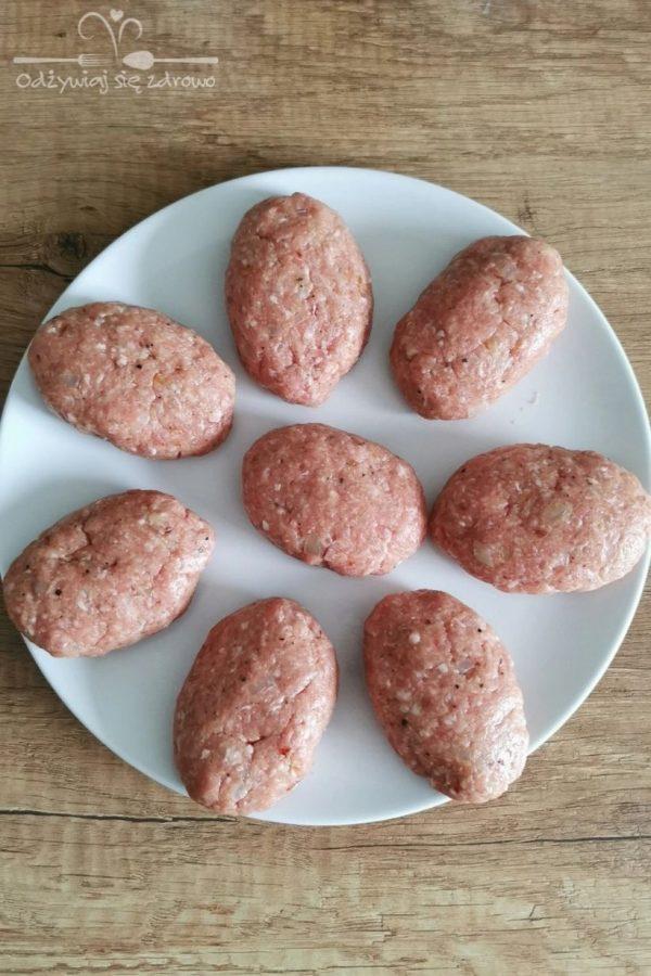 Uformowane tradycyjne kotlety mielone z cebulką