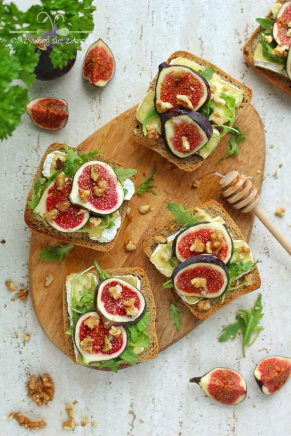 Grzanki z camembert i figami