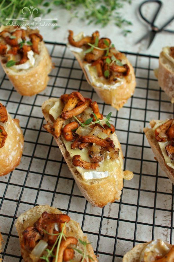 Grzanki z kurkami i serem pleśniowym