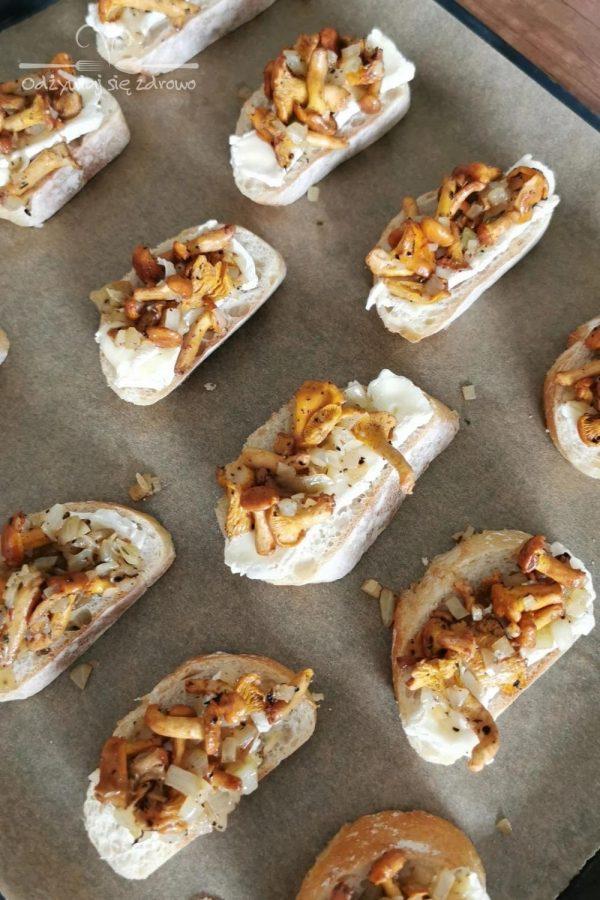 Grzanki z kurkami i serem pleśniowym gotowe do pieczenia