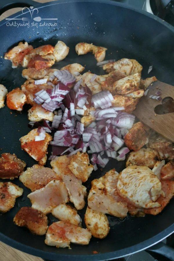 Smażenie kurczaka i cebuli na patelni