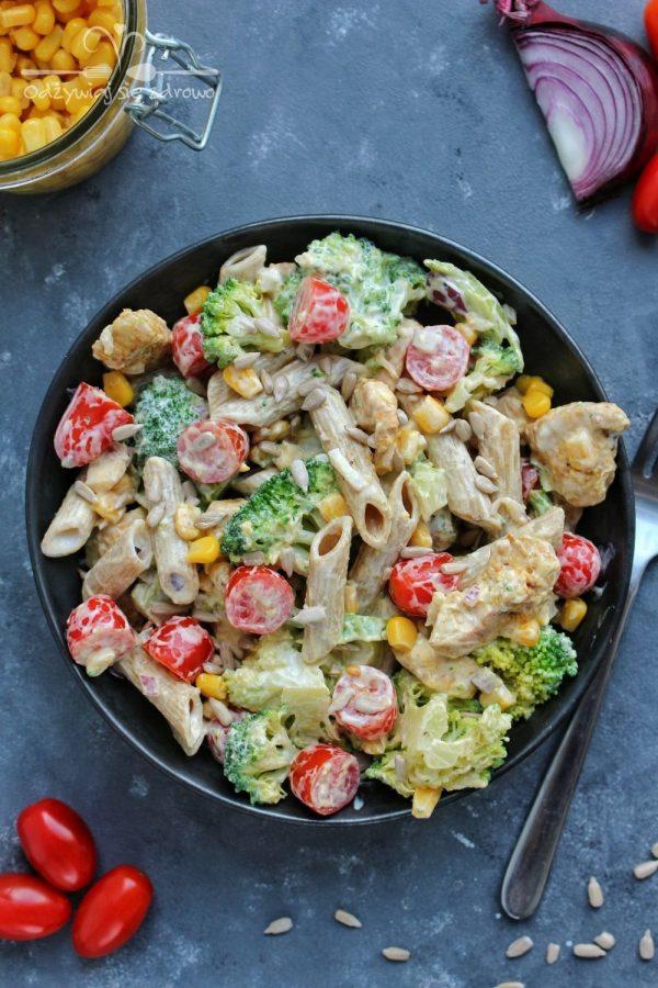 Sałatka makaronowa z kurczakiem i brokułem