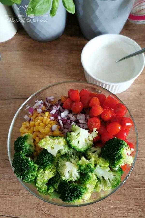 Wszystkie składniki do sałatki makaronowej z kurczakiem i brokułem