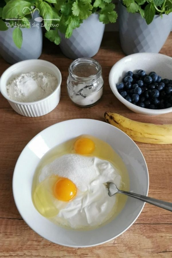 Dodanie jajek do jogurtu